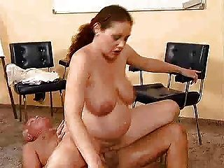Viejo chico folla a una chica embarazada