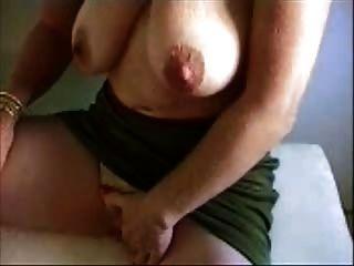 Abuelita caliente frotando su clítoris gigante