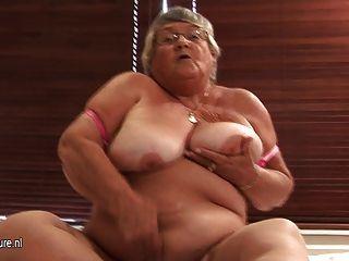 Vieja abuela aficionada se masturba en la leva
