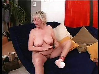 Abuelita en gafas ama a la mierda