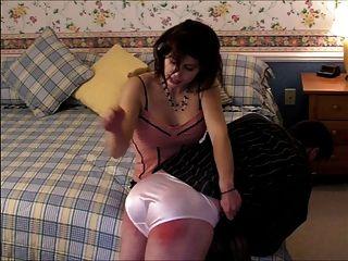 Panty pervert recibe una palmada por ir a través de su bragas