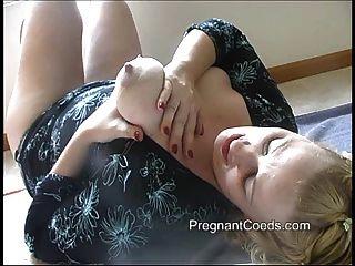 Madre lactante pulverizando leche de sus tetas grandes