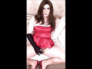 Crossdresser en vestido de cóctel rojo cum tiro