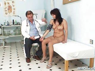 Livie gyno milf examen de espéculo gatito en gynochair