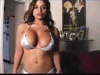 Angela devi kinky en bikini