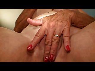 Abuelita con buenas tetas masturba su agujero