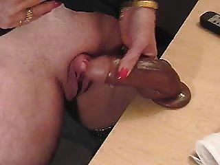 Esta abuela caliente le encanta frotar su gran clítoris.aficionado