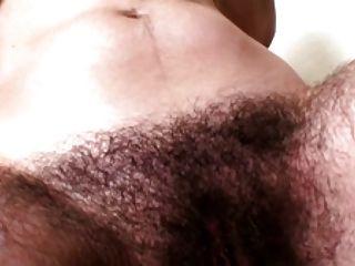 Muy peluda morena en el baño