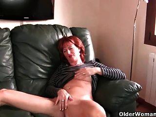 Pelirroja madre madura juega con sus pezones y coño