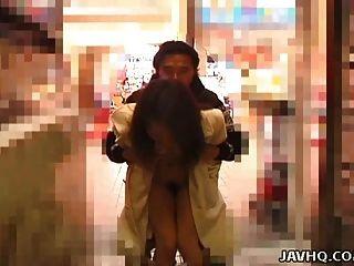 Exhibiciones de adolescentes japoneses calientes y se follan al aire libre