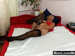 Fea abuela cecilie juguetes su coño peludo
