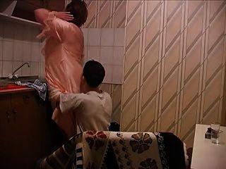 Viejas mujeres folladas en la cocina por el joven
