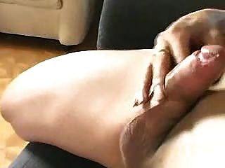 Tranny masturbándose en el sofá