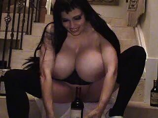 Teddi barrett big boob en vestido negro en la escalera