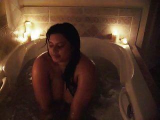 Sophia toma un baño mostrando sus enormes melones