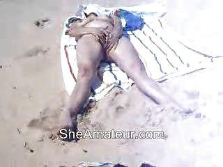 Mi esposa masturbación en la playa