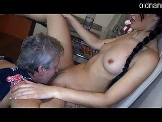 Vieja abuelita y chica sexy