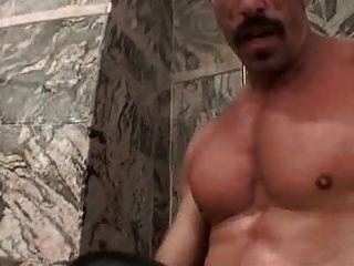 Musculoso papá con bigote grueso folla chico atrevido