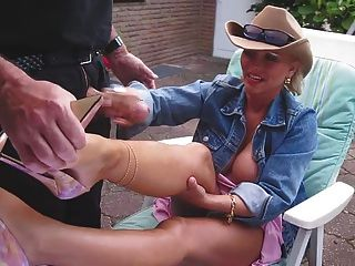 Handjob y cumshot en sus piernas nacked con tacones altos agradable