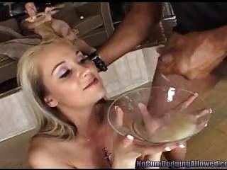 Rubia recoge un plato lleno de esperma!Pt