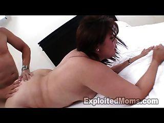 Mamá latina madura toma un facial