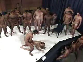 Una brasileña y 100 hombres