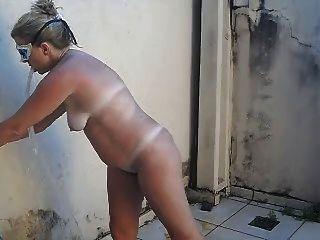 Tirando o sal mujer desnuda después de playa hot blondie