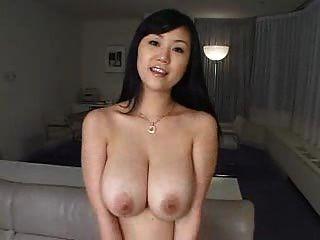 Chica bonita sexy con grandes tetas