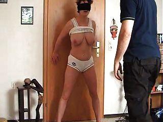 Mujer obtiene su coño y tetas abofeteado y pateado