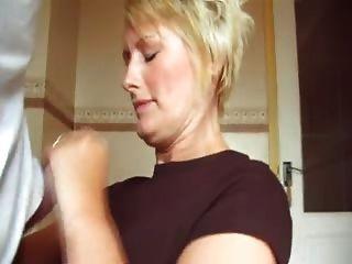 Sally masturba a un tipo