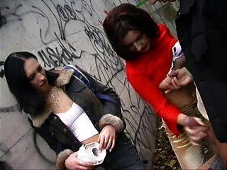 Un chico sacudido por 2 chicas al aire libre cfnm