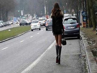 Puta para siempre !!Moviendo mi culo en público en la calle