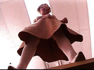 Madura rubia leggy se extiende su coño bonito en el trabajo