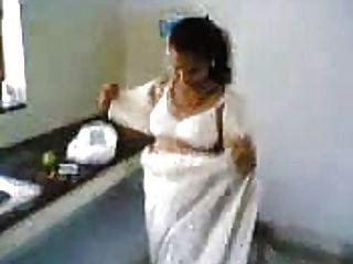 Esposa india en la cocina