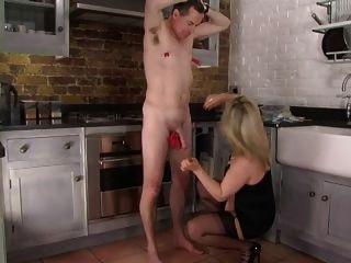 Femdom corselette y medias domme spanks en la cocina