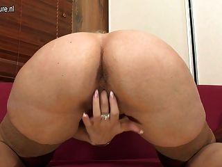 Rubia madre madura jugando con su coño mojado