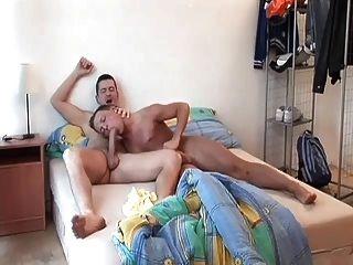 Caliente gay papá despierta y folla dulce culo joven juguete