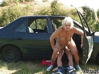 Abuelita tiene que pagar por un paseo
