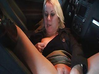 Milf amateur masterbate y el sexo en el coche..rdl