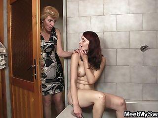 Sus padres la golpean en el baño
