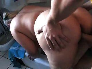 Rubia gordita jodido duro en el baño