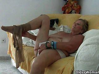 Abuela con grandes tetas se masturba y se mete el dedo