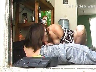 Sexy ama de casa latina de piernas largas folla el reparador
