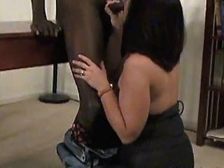 Un sexy maduro en pantyhose toma una polla negra