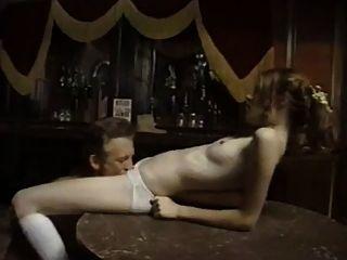 Viejo vaquero mierda niña inocente en el bar