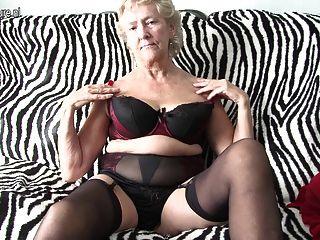 Abuelita británica mostrando sus productos