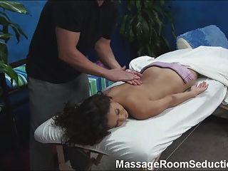Chica caliente follada por el terapeuta de masaje