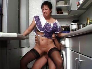 Sexy mamá n108 morena alemán maduro en la cocina