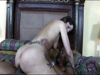 Morena con tatuaje sexy tener sexo interracial