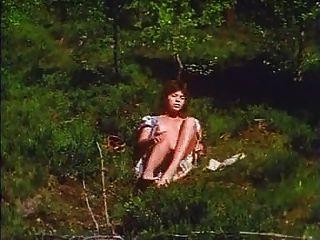 Chica retro se masturba al aire libre